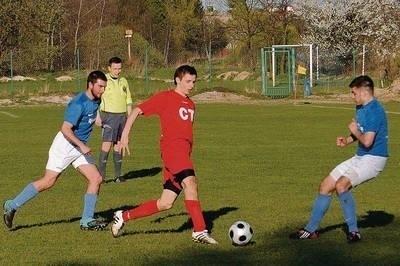 W Tarnowie faworyzowany zespół Watry Białka Tatrzańska (niebieskie koszulki) musiał uznać wyższość miejscowej Iskry Fot. Topol