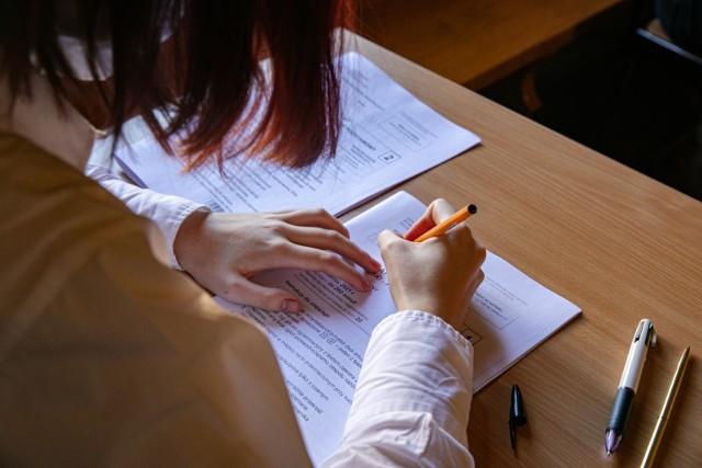 Matura z języka polskiego w 2021 została zmieniona w porównaniu z poprzednimi latami. Uczniowie mają do wyboru trzy tematy zamiast dwóch, do zdobycia jest maksymalnie 70 punktów. Jednak aby zdać egzamin, trzeba uzyskać minimum 30 proc. punktów. Nie ma natomiast obowiązkowego egzaminu ustnego z języka polskiego
