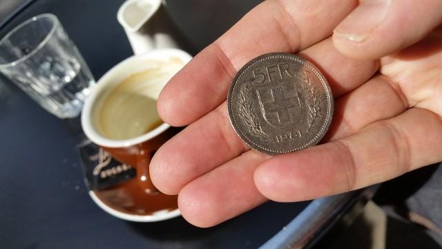 Frankowiczom w spłacie zadłużenia pomagają m.in. ujemne stopy procentowe w Szwajcarii.