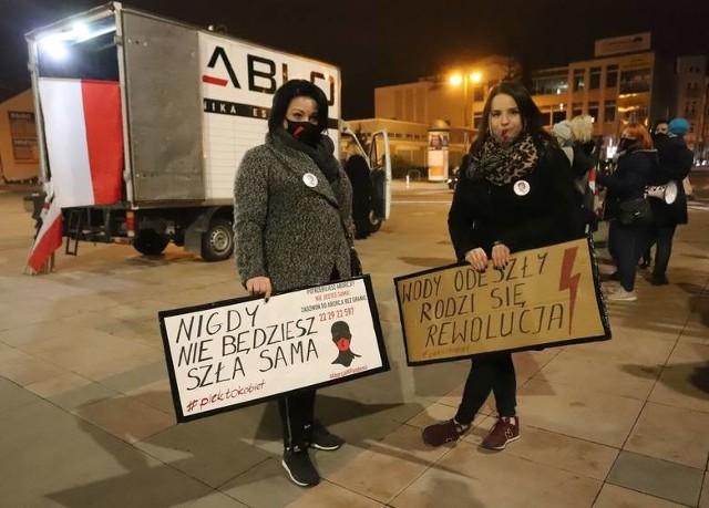 Jedne z uczestniczek poniedziałkowego protestu w Radomiu.