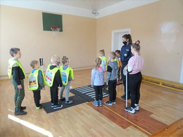 """Pierwsze spotkanie w ramach akcja """"Na drodze – patrz i słuchaj"""" zorganizowano w szkole w Sipiorach"""