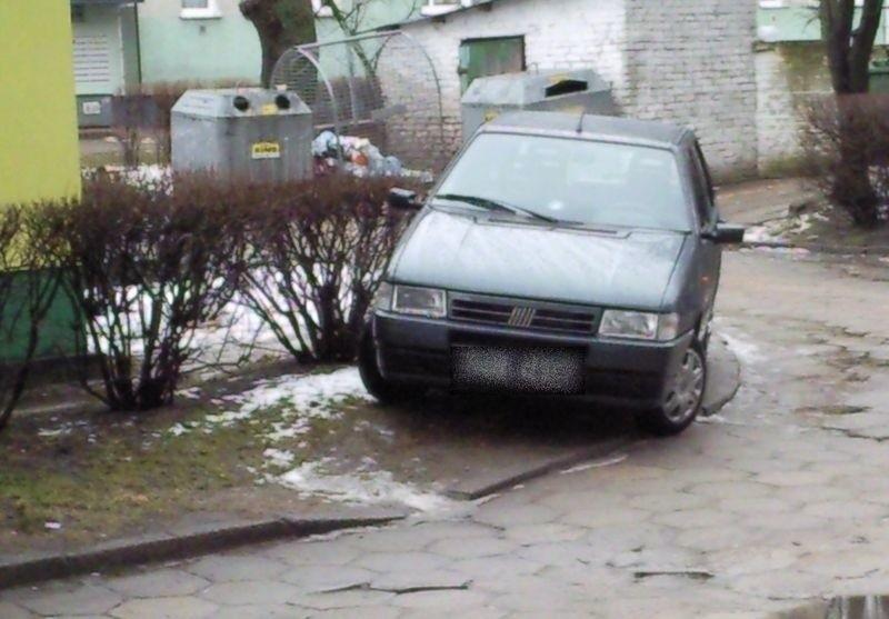 Źle zaparkowane auto na słupskim Zatorzu.