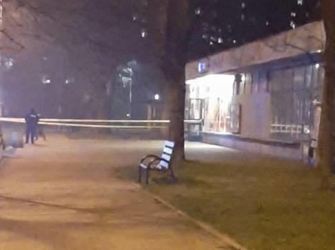 Atak nożem na os. Kalinowym w Nowej Hucie, ranny uciekł do sklepu na os. Wysokim