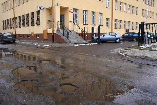 Dziury jak te na ulicy Stepkiewicza w Przeworsku szczególnie widoczne są wiosną. Będą załatane  tak szybko, jak tylko aura pozwoli – zapewnia burmistrz miasta.