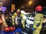 Śmiertelny wypadek na autostradzie A1 20.11.2020. W Kleszczewku zderzyły się samochód osobowy i TIR. Nie żyje 20-latek, 2 osoby są ranne