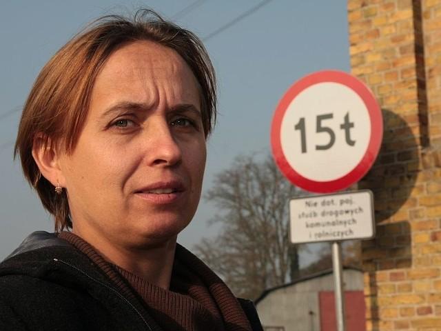 - Przez ten znak mój mąż nie może dojechać ciężarówką do domu - narzeka Barbara Ganczarska z Kurska.