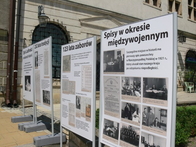 Wystawa przedstawiająca spis ludności na kartach historii pojawiła się  na Rynku Starego Miasta w Sandomierzu. Władze miasta zapraszają mieszkańców do jej odwiedzenia i zapoznania się jak dokonywano spisów na przestrzeni minionych lat.