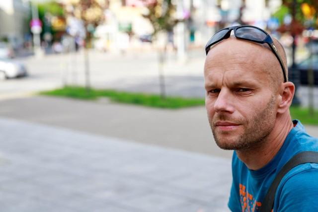 Potraktowano mnie jak bandytę, tylko dlatego, że nie miałem dowodu osobistego - mówi Marek Karpiuk. Dodaje, że prócz guza na głowie i pękniętego zęba, zostało mu poczucie krzywdy i strach przed policją.