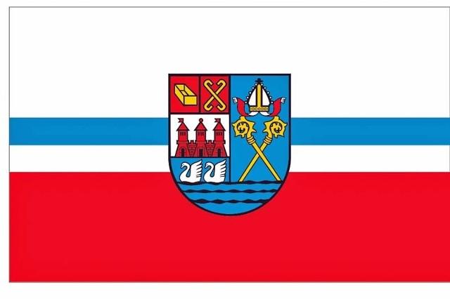 Flaga będzie miała poziome pasy w trzech kolorach. Ich barwy zostały  takie same jak herbu miasta, który został umieszczony pośrodku.