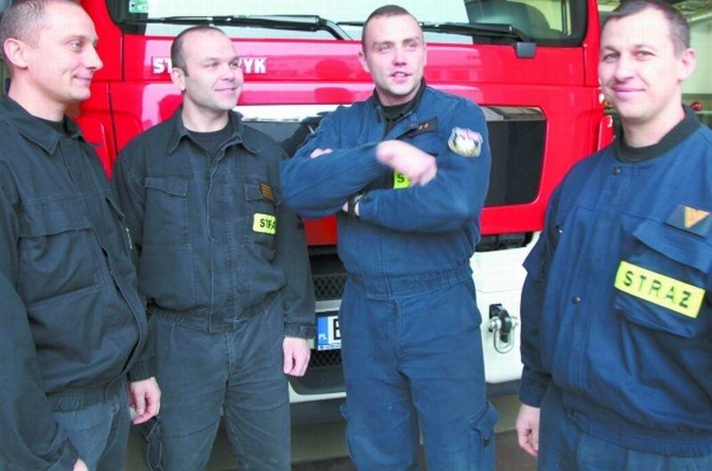 Dowódca akcji – st. asp. Piotr Skrzeczko (na zdjęciu drugi z prawej) jest dumny ze strażaków, którzy jako pierwsi weszli do płonącego mieszkania przy ul. Piastowskiej