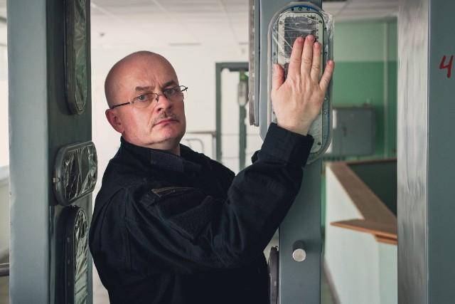 W nocy z 25 na 26 kwietnia 1986 roku w Czarnobylskiej Elektrowni Jądrowej, dziś na Ukrainie (wtedy w ZSRR), wybuchł reaktor nr 4. Dwadzieścia trzy lata później białostoczanin Andrzej Urbański - bloger, podróżnik, fotografik i kolekcjoner masek przeciwgazowych - pojechał pierwszy raz do czarnobylskiej strefy. Wracał tam jeszcze 16 razy. I jest pewny, że to jeszcze nie koniec.