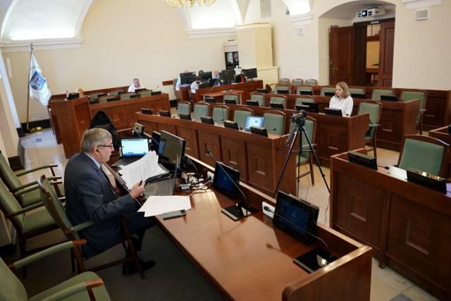 Poza przewodniczącym Ganowiczem, który je prowadzi oraz obsługą z Biura Rady Miasta i prezentującymi projekty uchwał, w sali sesyjnej pojawili się radni klubu Koalicji Obywatelskiej – Dominika Król, Małgorzata Dudzic-Biskupska oraz Marek Sternalski.