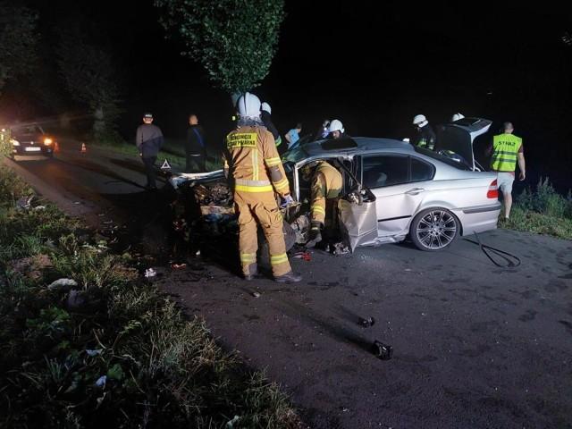 Na drodze między Szydłowem a Trzemżalem doszło do wypadku. BMW wypadło z drogi i uderzyło w drzewo