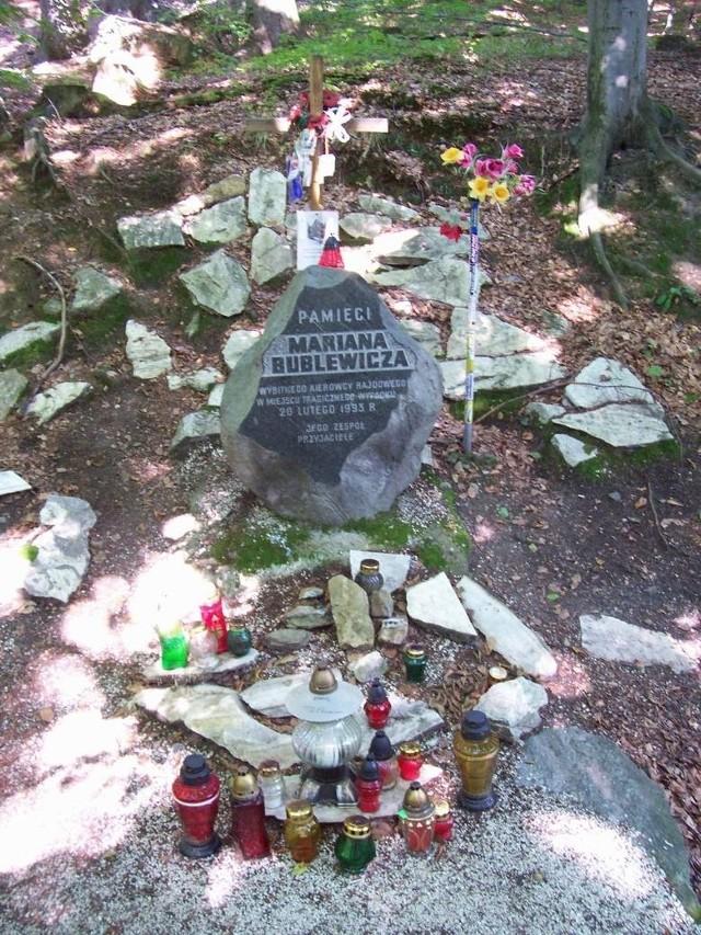 W miejscu wypadku, na drodze wojewódzkiej nr 390, postawiona została tablica upamiętniająca Mariana Bublewicza