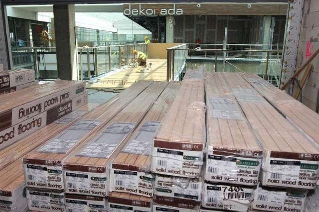 Dwa miesiące trwał montaż ogromnej powierzchni podłogi w Dekoradzie.