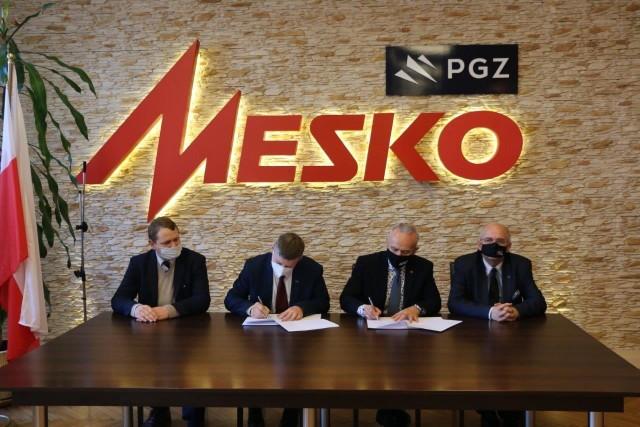 Zestawy rakietowe produkowane w Skarżysku – Kamiennej powstają w oparciu o polską myśl techniczną i pracę polskich inżynierów. Na zdjęciu: podpisanie umowy pomiędzy przedstawicielami spółki Mesko i Politechniki Świętokrzyskiej.