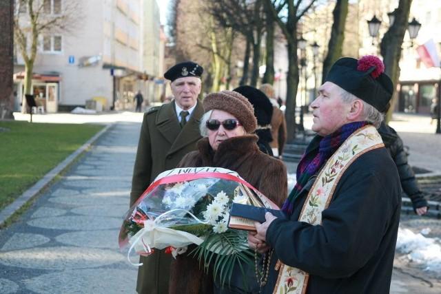 Złożenie kwiatów pod pomnikiem Armii Krajowej w SłZłożenie kwiatów pod pomnikiem Armii Krajowej w Słupsku