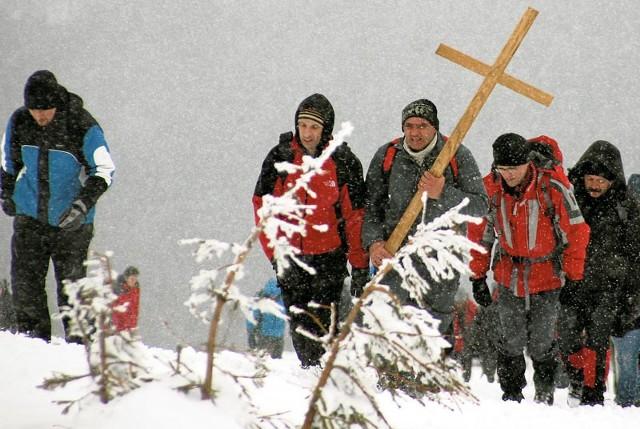 Tradycja wejścia na Tarnicę w Wielki Piątek została zapoczątkowana w latach 80. Pielgrzymi i turyści pokonują trasę bez względu na pogodę. Droga krzyżowa gromadzi co roku od 2 do 4 tys. osób