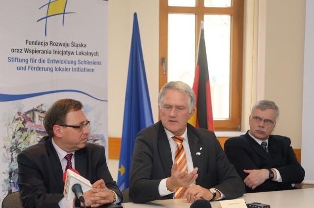 Podczas spotkania w Fundacji Rozwoju Śląska od lewej: Ryszard Galla, Georg Schirmbeck oraz Peter Eck, konsul Niemiec w Opolu.