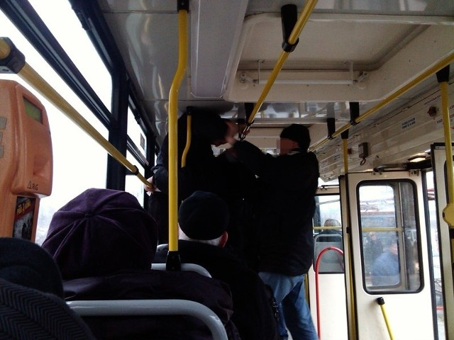 Pasażerowie byli świadkami szamotaniny w tramwaju. Krewki 22-latek uderzył kontrolera biletów w nos. Później został obezwładniony