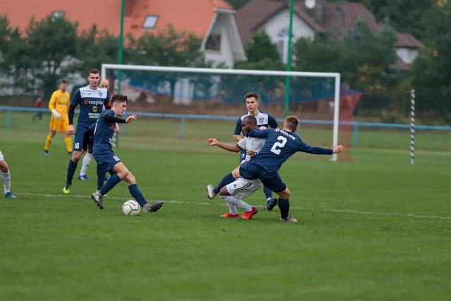 Piłkarze KS Wasilków (niebieskie stroje) jako jedyna drużyna z naszego województwa zdobyła punkty w pierwszej kolejce grupy o utrzymanie  w III lidze.
