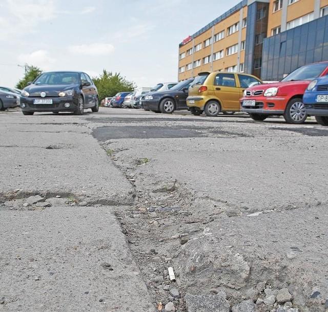 Drogi na terenie kompleksu przy ul. Obrońców Stalingradu są własnością Skarbu Państwa. Nie ma ich kto remontować.