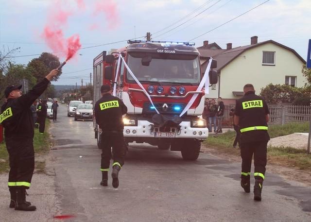 W ostatni piątek strażacy ochotnicy z Gosania w gminie Stąporków odebrali nowy wóz strażacki. To renault w zabudowie Moto-Truck. >>>Więcej zdjęć na kolejnych slajdach