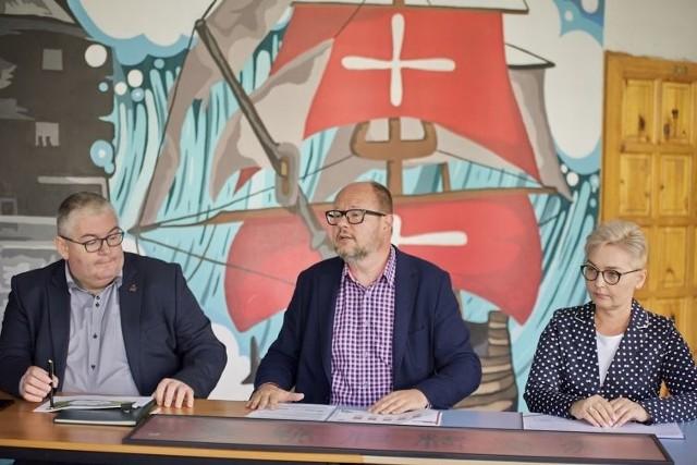 Prezydent Paweł Adamowicz (w środku) i wiceprezydent Piotr Kowalczuk podczas konferencji w SP nr 76 opowiadali o nowościach w gdańskiej oświacie, m.n. o nowej klasie, w której dzieci będą się uczyły języka mandaryńskiego. Na zdjęciu również dyrektor SP nr 76 Iwona Makurat