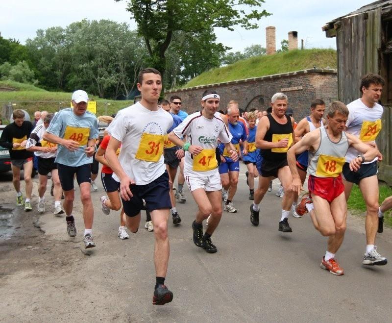 Okrągłe urodziny swojego kolegi postanowiło uczcić ponad 30 biegaczy.