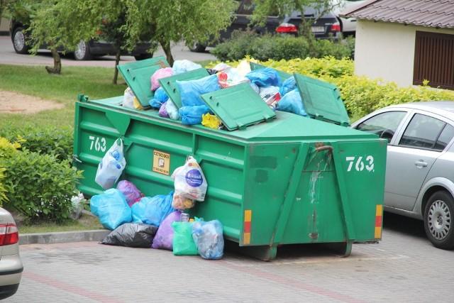 Metalowy śmietnik przy ul. Pileckiego 9 w Białymstoku przypomina choinkę przybraną reklamówkami z odpadami. Firma zobligowana do wywozu nieczystości chyba o nim zapomniała.