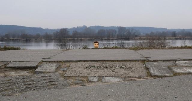 Tuż po wjeździe na wał przeciwpowodziowy w Kosowie zaskakuje głowa manekina, jakby wynurzająca się z trawy. Zabawna instalacja zdobyła już popularność wśród okolicznych mieszkańców. Autor nie jest znany, ale zdążył sobie zaskarbić sympatię ludzi, którzy widzieli to niezwykłe zjawisko. Nam też się podoba.