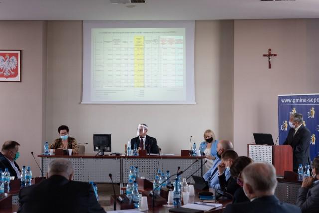 Marek Tymecki, dyrektor ZOOS w Sępólnie, przedstawia radnym informacje dotyczące założeń organizacyjnych oświaty na rok szkolny 2020/2021