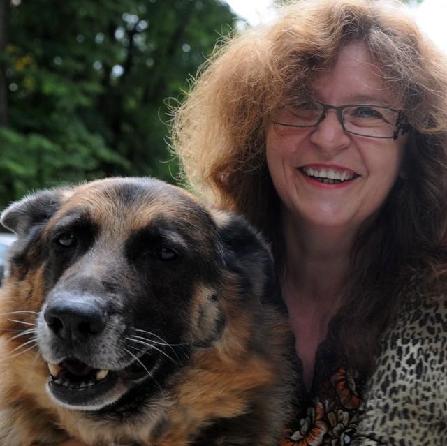 DOROTA BILCZUKMieszka w Chwalęcicach. Prowadzi własny Niepubliczny Zakład Opieki Zdrowotnej. W wolnych chwilach lubi uprawiać własną działkę. Ponadto kolekcjonuje porcelanowe figurki zwierząt z całego świata. Ma owczarka niemieckiego Bosa (na zdjęciu) i kotkę Kicię.