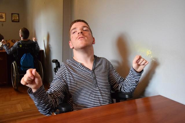 18-letni Krysztof Gudzelak z Żurawicy sam nie ma lekko, na co dzień musi zmagać się ze swoją niepełnosprawnością. Jednak zawsze jest chętny do niesienia pomocy innym.