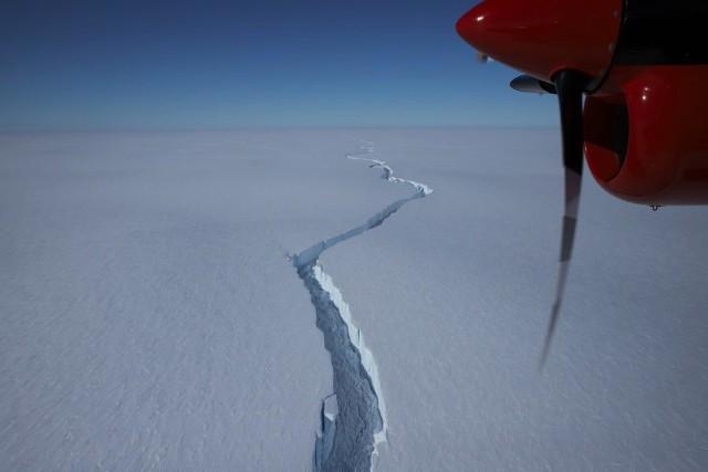 Już 10 lat temu zauważono pęknięcia na Antarktydzie, które zwiastowały oddzielenie się jej ogromnego fragmentu. Oderwał się on od szelfu lodowego Brunt, tworząc górę lodową.
