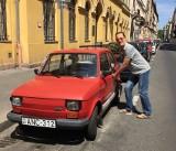 """Polki, Polacy i… Tom Hanks kochają """"Malucha"""". Legendarne auto Polaków jest wciąż na topie. Ile dziś kosztuje Fiat 126p?"""