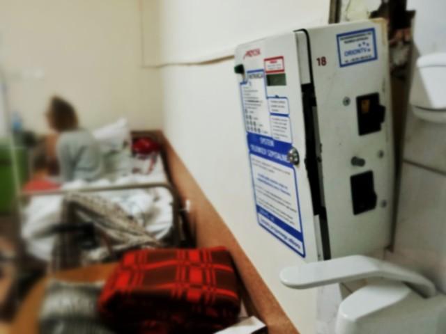 Automaty, do których trzeba wrzucać monety, żeby oglądać telewizję to niechlubna norma w szpitalach. Tak jest między innymi w szpitalu przy ul. Grunwaldzkiej w Poznaniu czy placówce w Jarocinie