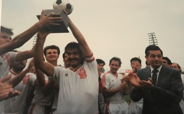 Janusz Kieca prezentuje bardzo cenne piłkarskie trofeum USA