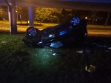 Samochód spadł z estakady al. Włókniarzy. Ranna została jedna osoba