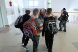 W Społecznej Szkole Podstawowej, pomimo obostrzeń, dzieci z klas 4 - 8 mają zajęcia w budynku. Dyrektor: działamy zgodnie z prawem