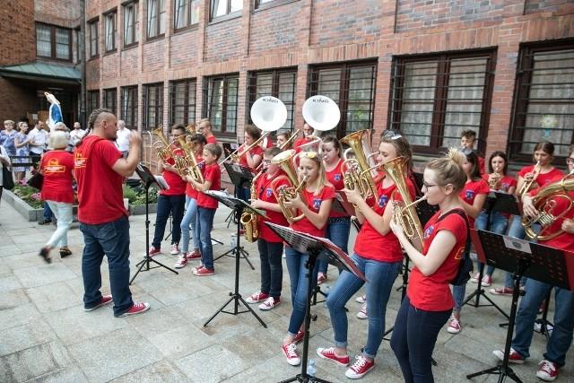 Dziecięco-Młodzieżowa Orkiestra Dęta w Mogielnicy występuje na różnych uroczystościach oraz imprezach.