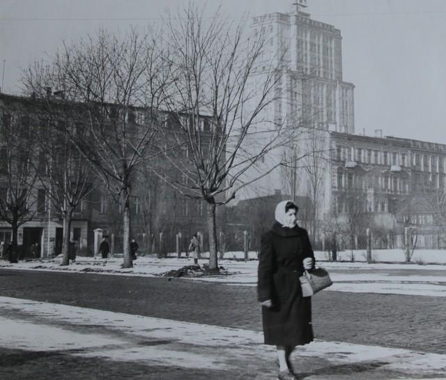 """Widok na wieżowiec łódzkiej telewizji od strony ul. Traugutta Po 1956 roku pojawiło się trochę krytyki, ale nie na dużo. Na początku października 1950 roku oddano do  użytku VIII Dom Akademicki przy ul. Bystrzyckiej. Wprowadzili się do niego pierwsi studenci, których ulokowano na  czwartym piętrze. Stało się tak, bo drugie i trzecie piętra nie były jeszcze gotowe. W sumie w akademiku miało zamieszkać około 600 studentów. Podkreślano, że będą mieli tu znakomite warunki. Każdy z pokoi był przeznaczony dla czterech osób, miał umywalkę, szafę i wnękę na walizki. W 1952 roku tylko w listopadzie Centrala Ogrodnicza dostarczyła na  łódzki rynek 250 ton różnych przetworów owocowych i warzywnych. Były to kompoty, marmolady, dżemy, kiszona kapusta i ogórki, koncentraty pomidorowe. Natomiast """"Agred"""" otrzymał duży transport naczyń emaliowanych. Między innymi misek, wiader, garnków i jak podkreślano poszukiwanych w ostatnim czasie czajników. Do Łodzi trafiła też spora partia radioodbiorników marki """"Maur"""", """"Pionier"""" i """"Aga""""."""