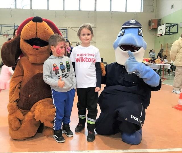 W niedzielę 1 grudnia w sali sportowej Zespołu Szkół Technicznych w Kcyni zorganizowano imprezę charytatywną dla 4-letniego Wiktora z Łankowic. U chłopca zdiagnozowano niedawno  białaczkę.  W minionym tygodniu krew dla chłopca oddać można było w Kcyni. W środę 4 grudnia akcja w Nakle, w  świetlicy Jednostki Ratowniczo - Gaśniczej PSP.  Akcja rozpocznie się o godz. 9, potrwa do godz. 12. Rejestracja krwiodawców - do godz. 11.  Jak informują organizatorzy - Oddana  podczas tej akcji  krew zostanie w całości przekazana na rzecz  Wiktorka z gminy Kcynia.
