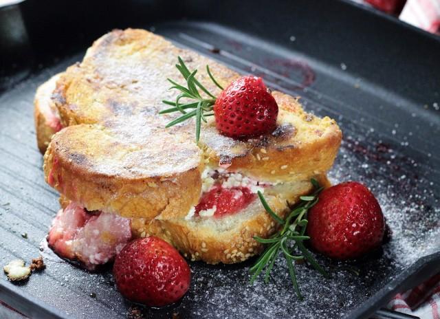 Tosty francuskie z serem brie i truskawkami - zobaczcie przepis!