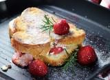 Obłędny deser z truskawkami. Tosty francuskie z serem brie i truskawkami [PRZEPIS]