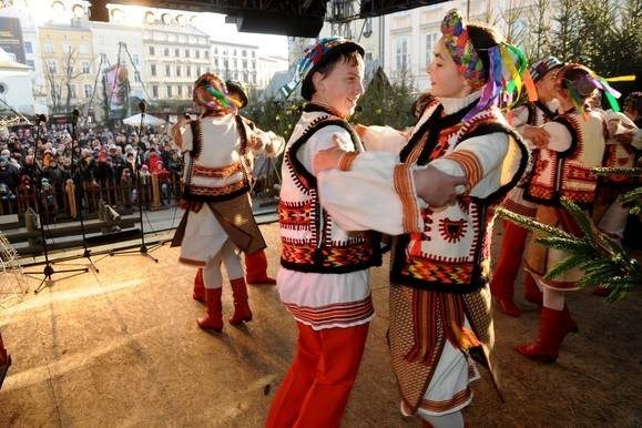 Fot. Adam WojnarOd folkloru przez poprzez chóralne wykonania kolęd i pastorałek, a skończywszy na piosenkach zimowo-rozrywkowych – taki repertuar już od piątku na Rynku Głównym prezentują najzdolniejsi młodzi artyści z Krakowa oraz Bratysławy i Lwowa.