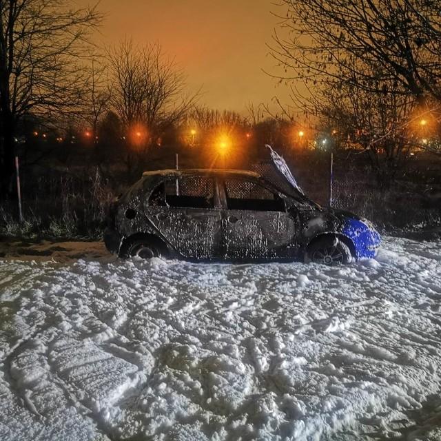 Na ul. Połczyńskiej w Koszalinie spłonął samochód. Wstępnie policjanci podejrzewają , że to auto marki skoda, skradzione tydzień temu w Białogardzie. Szczegóły sprawy na razie próbują wyjaśnić mundurowi.Zobacz także: Wypadek na DK6