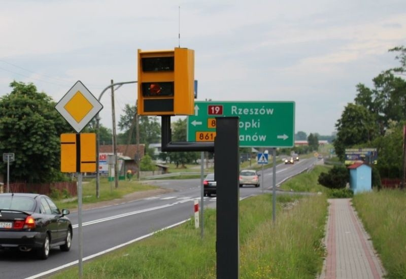 Fotoradar przy drodze krajowej numer 19 w Jeżowem.