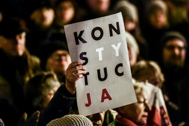 Przeciwko łamaniu konstytucji protestowały dziesiątki tysięcy Polaków w całym kraju, w tym także w Poznaniu