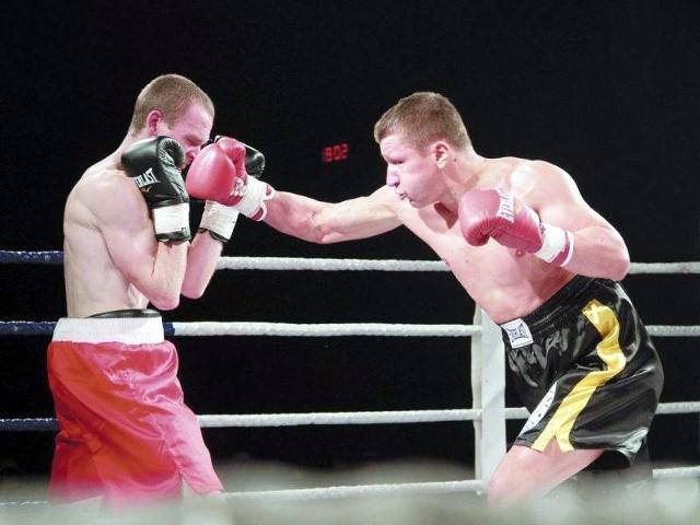 Robert Świerzbiński (z prawej) stoczy w piątek czwartą zawodową walkę. Białostoczanin dotąd nie znalazł na profesjonalnym ringu pogromcy.